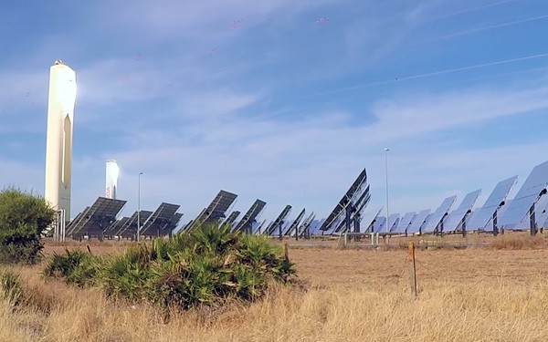De controversiële zonnetorens in Zuid-Spanje