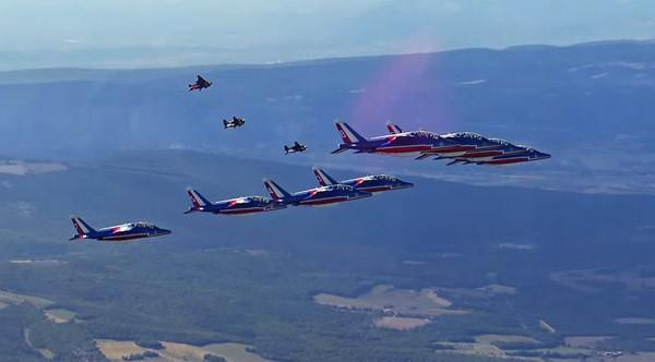Alpha Jetman: acht straalvliegtuigen en drie jetpacks in formatie