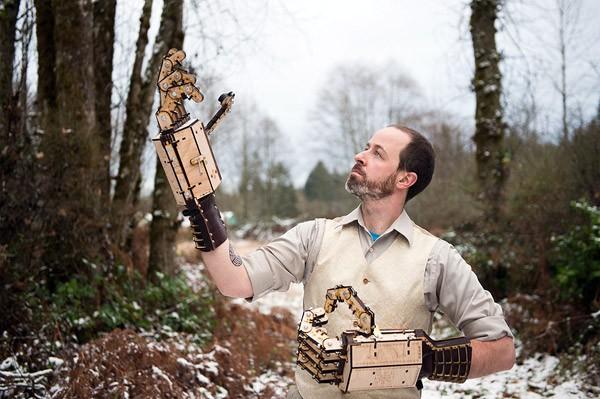 Prettig gestoorde uitvinder bouwt enorme mechanische handen