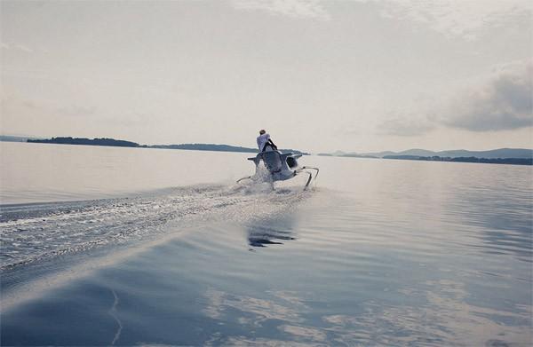 De spectaculaire Quadrofoil zweeft over het water