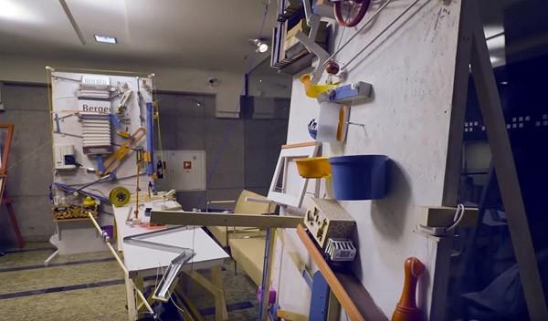 De grootste Rube Goldberg machine ooit drukt enkel een knop in
