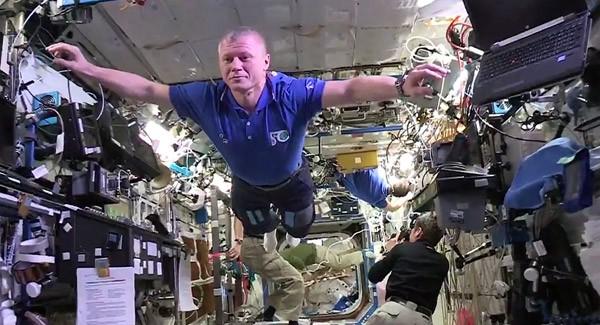 Lol op het ISS: astronauten doen een Mannequin Challenge