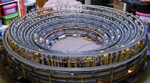 De hypnotiserende modeltreinhelix van James Risner