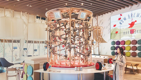 Gigantische koffiezetapparaat van Nescafé maakt muziek