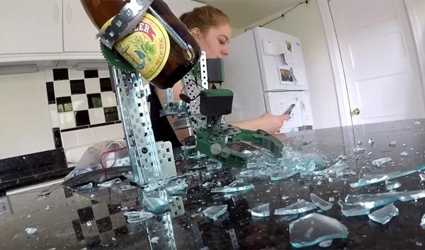 De verschrikkelijke bierrobot van Simone Giertz