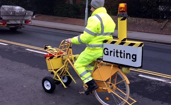 Britse verzekeraar bouwt strooiwagen voor fietspaden