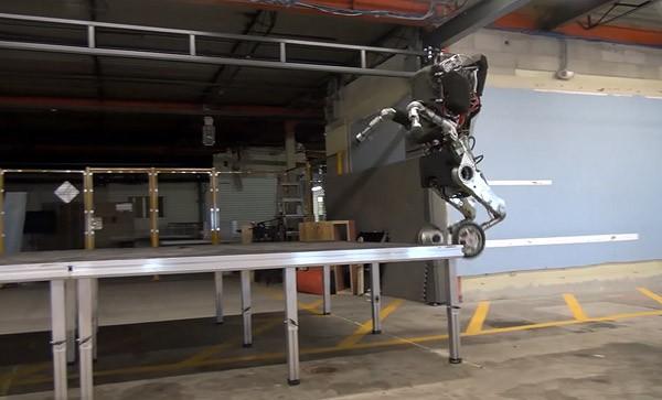 Handle: de robot die metershoog springt