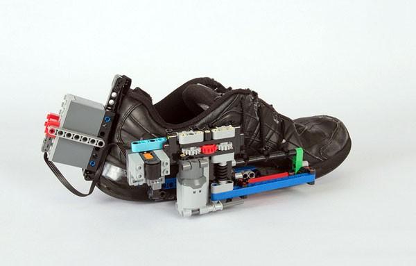 Zo bouw je met LEGO schoenen met zelfstrikkende veters