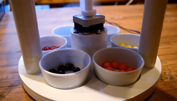 Deze machine sorteert razendsnel M&M's en Skittles op kleur