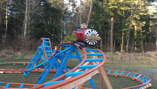 Vader bouwt achtbaan voor tweejarige zoon
