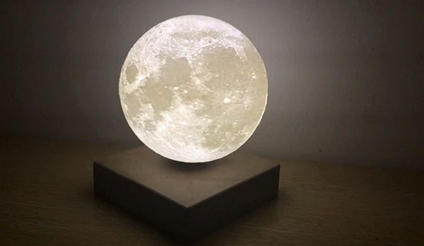 Moon Light: zwevende lamp beeldt de maan uit