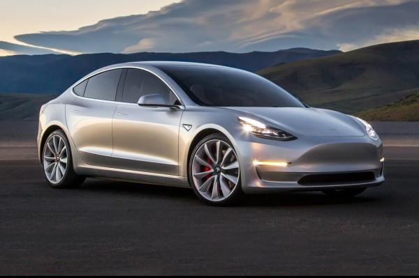 Elon Musk onthult Tesla Model 3 via Twitter