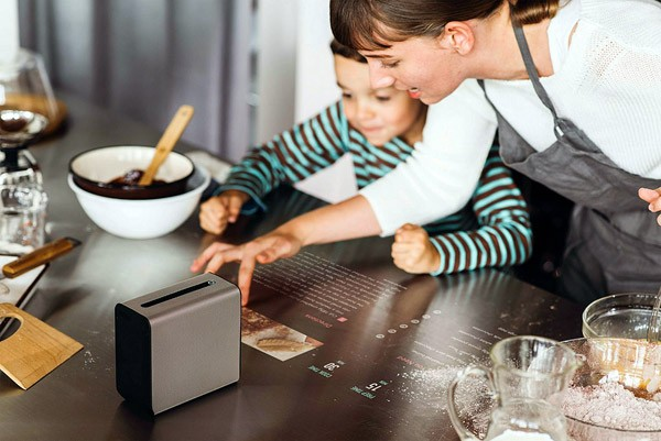 Sony Xperia Touch tovert een touchscreen op je tafel