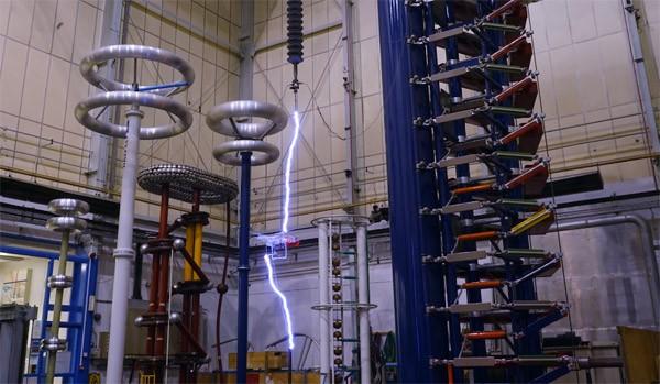Indrukwekkende machine laat bliksem inslaan op een drone