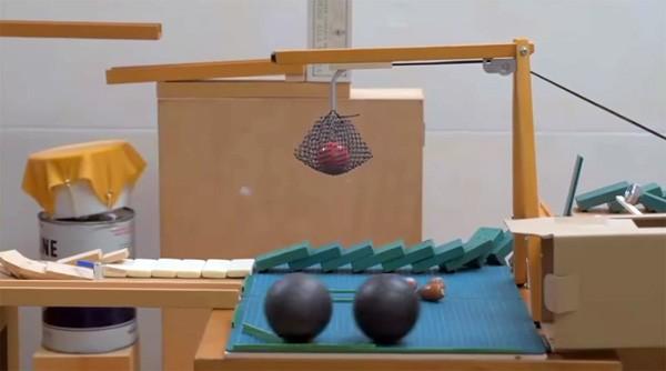 Een verhalende Rube Goldberg machine van Japanse bodem