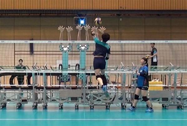 Het Japanse volleybalteam oefent met een robot