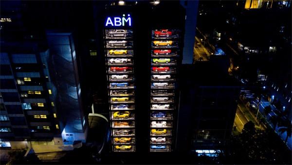Luxe wagens kun je in Singapore kopen in een verkoopautomaat