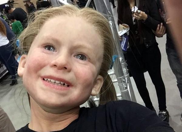 Bizar masker verandert man in achtjarig meisje