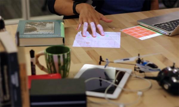 High-tech lamp projecteert interactieve schermen op je bureau