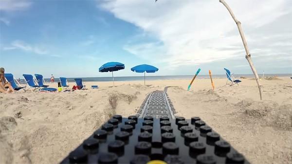 Deze toffe LEGO-achtbaan leidt je over het strand