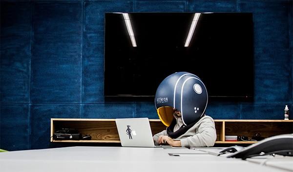 Helmfon: een helm voor op kantoor