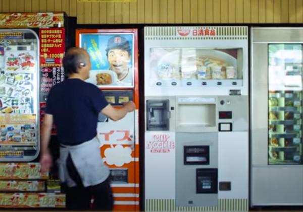 Japanse boer verkoopt verse maaltijden via zijn verkoopautomaat