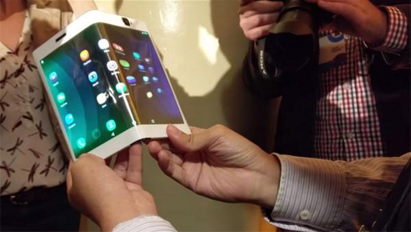 Lenovo onthult opvouwbare combinatie van smartphone en tablet