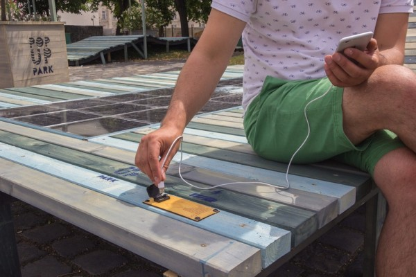 Hongaarse startup ontwikkeld bankjes met zonnepanelen en USB-poorten
