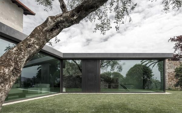 Italiaanse villa heeft glazen wanden die kunnen wegschuiven
