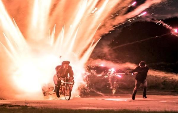 Colin Furze bindt 1.000 raketten aan zijn fiets en viert succes