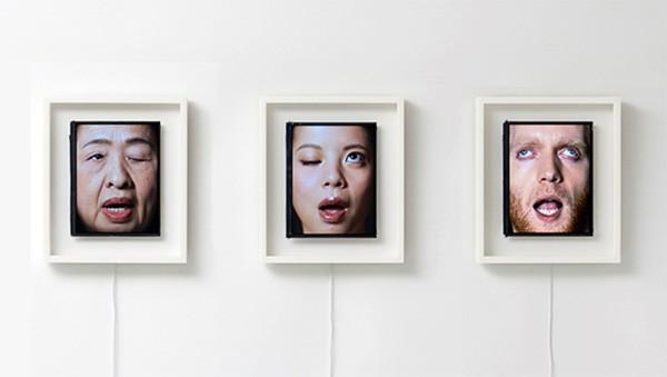 Bizarre klok gebruikt ogen als wijzers en mond als secondeteller