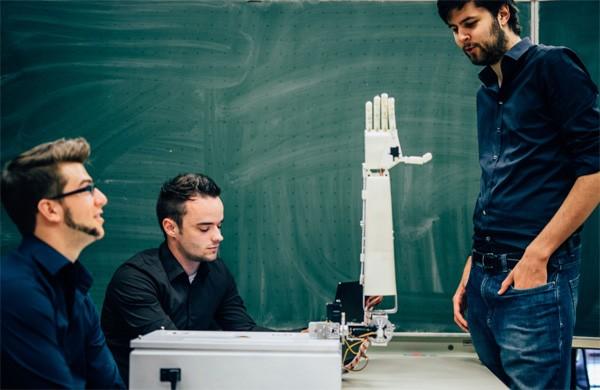 Deze Belgische robothand wordt steeds beter in gebarentaal