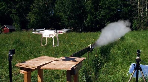 Vrolijke Zweden hakken een drone met een raketzwaard doormidden