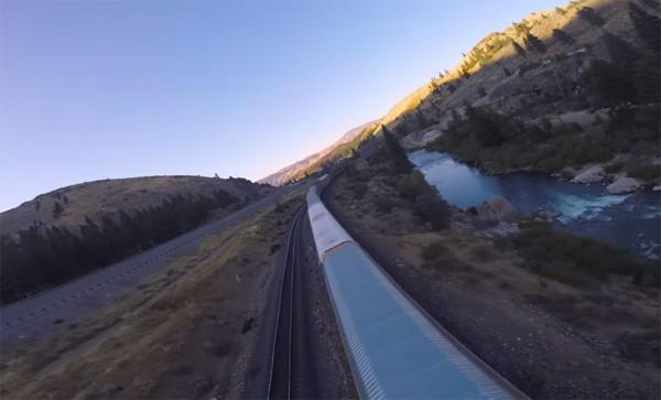 Dronevlieger maakt indrukwekkende beelden van rijdende trein
