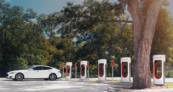 Tesla gaat Superchargers over steden verspreiden