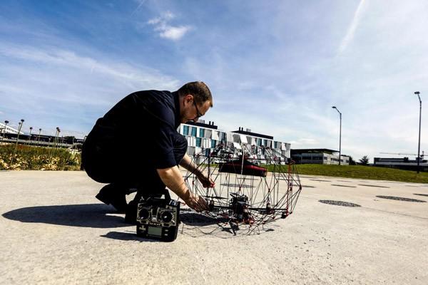 Innovatieve opvouwbare drone bezorgt pakketjes