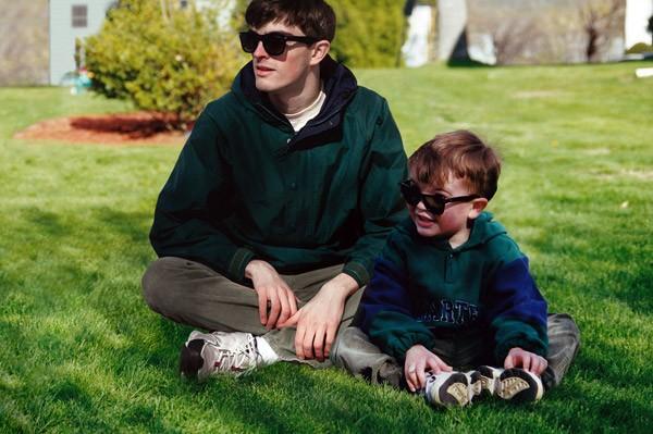 Fotograaf photoshopt zichzelf in zijn oude kinderfoto's