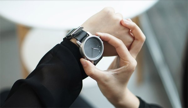 Dankzij een doorzichtig zonnepaneel laadt deze smartwatch altijd op