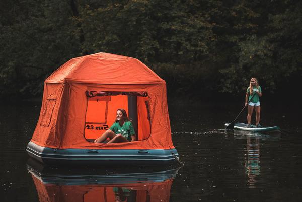 de drijvende tent die je op het water