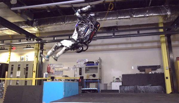 Google's Atlas robot steekt Epke Zonderland naar de kroon