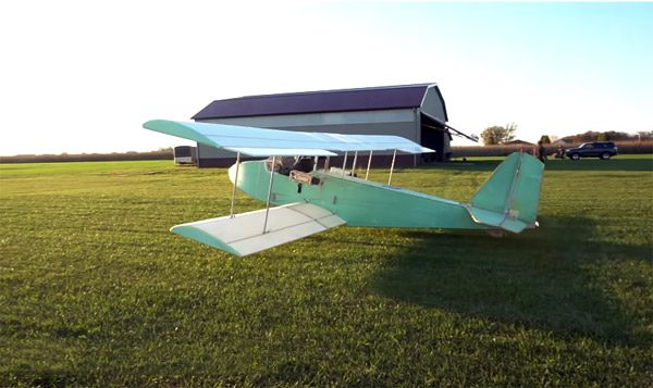 Jonge uitvinder bouwt zijn eigen elektrische vliegtuig