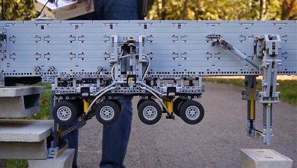 Deze indrukwekkende LEGO-machine bouwt bruggen