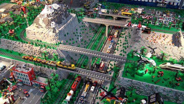 Kijk mee met de meest indrukwekkende LEGO-trein tot nu toe