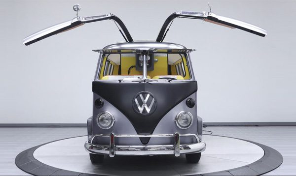 Een Volkswagenbusje met vleugeldeuren