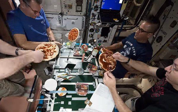 Kijk deze astronauten eens pizza maken in de ruimte