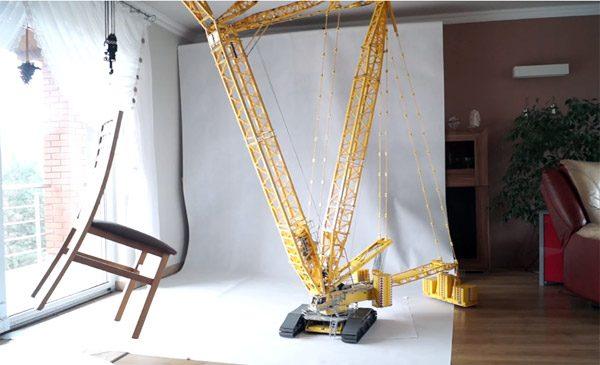 Gigantische LEGO-hijskraan tilt met gemak meubels op