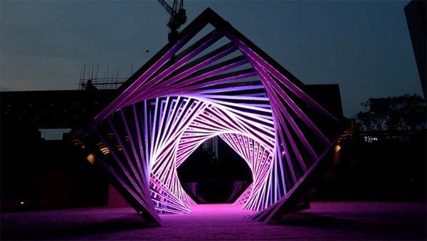 Accumulation: een tunnel van licht die je opzuigt