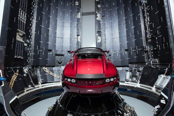 Elon Musk gaat echt een Tesla Roadster de ruimte in schieten