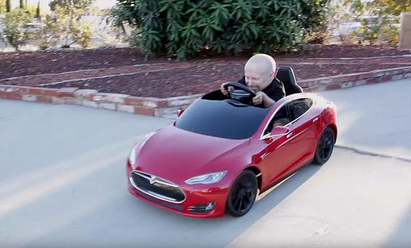 Tesla Model 3 Autopilot >> Lilliputter Verne Troyer en zijn mini-versie van de Tesla Model S
