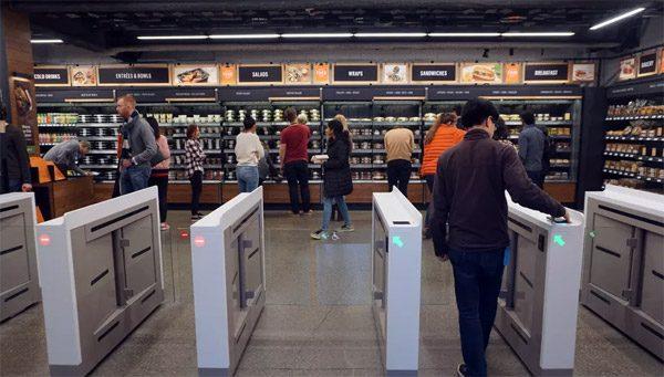 Hoe het is om te winkelen in de automatische supermarkt van Amazon
